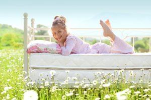 Kind im Bett auf Wiese