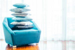 Kopfkissenstapel auf einem Sessel